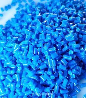 Granulé en plastique polyéthylène bleu pour presse à injection.